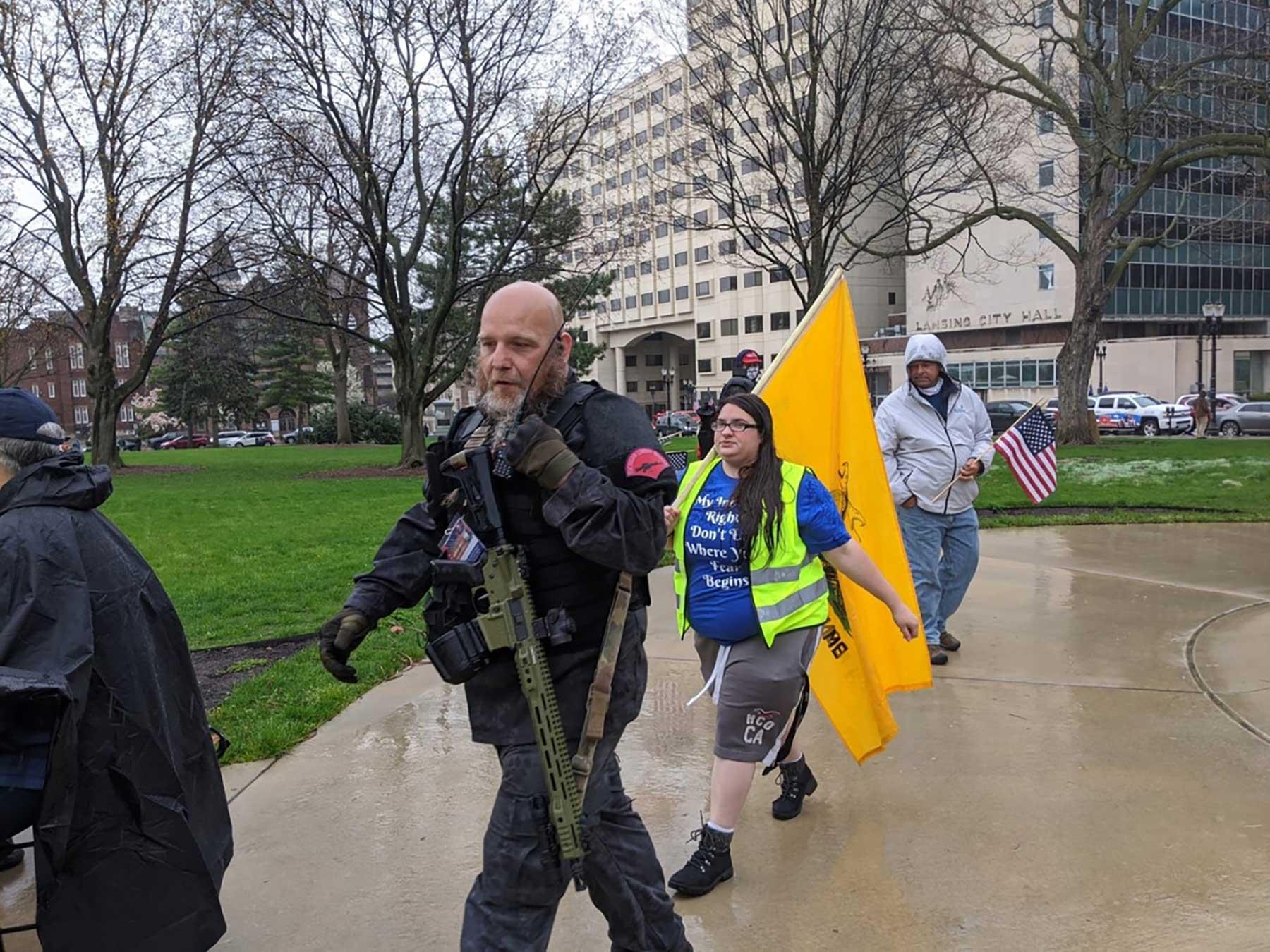gente caminando con armas llendo al gobierno de Lansign